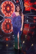 Anushka Sharma with team Zero on the sets of Indian Idol Grand Finale in Yashraj Studio, Andheri on 19th Dec 2018 (61)_5c1b3753ef7be.JPG