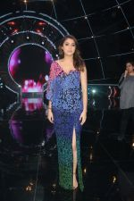 Anushka Sharma with team Zero on the sets of Indian Idol Grand Finale in Yashraj Studio, Andheri on 19th Dec 2018 (61)_5c1b3755ae26a.JPG