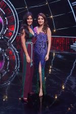 Katrina Kaif, Anushka Sharma with team Zero on the sets of Indian Idol Grand Finale in Yashraj Studio, Andheri on 19th Dec 2018 (55)_5c1b37607547e.JPG