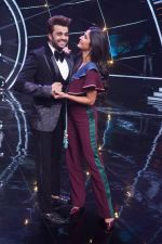 Katrina Kaif, Manish Paul with team Zero on the sets of Indian Idol Grand Finale in Yashraj Studio, Andheri on 19th Dec 2018 (53)_5c1b381ecf8ef.JPG