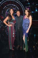 Katrina Kaif, Shah Rukh Khan, Anushka Sharma with team Zero on the sets of Indian Idol Grand Finale in Yashraj Studio, Andheri on 19th Dec 2018 (54)_5c1b38d31d19c.JPG