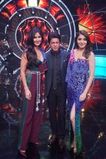 Katrina Kaif, Shah Rukh Khan, Anushka Sharma with team Zero on the sets of Indian Idol Grand Finale in Yashraj Studio, Andheri on 19th Dec 2018 (60)_5c1b3768afdcb.JPG