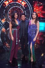 Katrina Kaif, Shah Rukh Khan, Anushka Sharma with team Zero on the sets of Indian Idol Grand Finale in Yashraj Studio, Andheri on 19th Dec 2018 (65)_5c1b376d78408.JPG