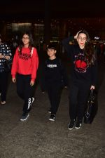 Karishma Kapoor spotted at airport with her family on 2nd Jan 2019 (1)_5c2cc9ef30fa0.jpg