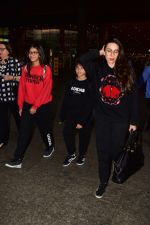 Karishma Kapoor spotted at airport with her family on 2nd Jan 2019 (4)_5c2cc9f381311.jpg