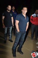 Salman Khan celebrates his birthday with cake cutting at his farmhouse in panvel on 26th Dec 2018 (12)_5c2c63e300fbf.JPG