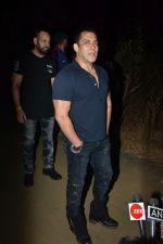 Salman Khan celebrates his birthday with cake cutting at his farmhouse in panvel on 26th Dec 2018 (15)_5c2c63e787663.JPG