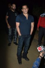 Salman Khan celebrates his birthday with cake cutting at his farmhouse in panvel on 26th Dec 2018 (3)_5c2c63d58ea21.JPG