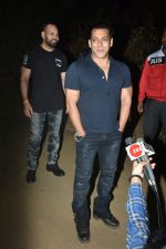 Salman Khan celebrates his birthday with cake cutting at his farmhouse in panvel on 26th Dec 2018 (4)_5c2c63d6dafad.JPG