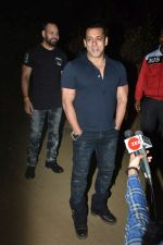 Salman Khan celebrates his birthday with cake cutting at his farmhouse in panvel on 26th Dec 2018 (5)_5c2c63d869460.JPG