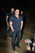 Salman Khan celebrates his birthday with cake cutting at his farmhouse in panvel on 26th Dec 2018 (9)_5c2c63de01f43.JPG