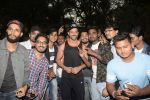 Hrithik Roshan on his birthday at juhu on 10th Jan 2019 (24)_5c384bdcb6d48.JPG