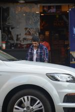 Karan Singh Grover Spotted At Bandra  (17)_5c383084ce809.JPG