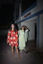 Pooja Hegde with mother spotted at bandra on 19th Jan 2019 (17)_5c456bddb56a6.JPG