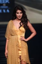 Rhea Chakraborty at Lakme Fashion Week 2019 on 2nd Feb 2019 (40)_5c5939a28ba2a.jpg