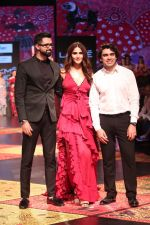 Vaani Kapoor walk the Ramp for Shivan and Narresh at Lakme Fashion Week 2019 on 3rd Feb 2019 (33)_5c593c533bc43.jpg