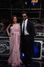 Anil Kapoor and Madhuri Dixit on sets of Super Dancer chapter 3 on 11th Feb 2019 (22)_5c62748ab537e.jpg