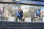 Karisma Kapoor_s daughter Samiera spotted at maple store in bandra on 19th Feb 2019 (4)_5c6d070847fbf.jpg