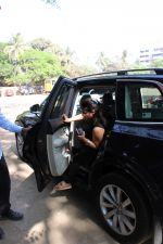 Kajol spotted at versova on 13th March 2019 (11)_5c8a08f127836.jpg
