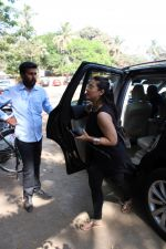 Kajol spotted at versova on 13th March 2019 (12)_5c8a08f2c7a4d.jpg