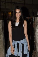 Kriti Sanon spotted at Kromkay salon in juhu on 18th Dec 2019 (10)_5c908feb63b87.JPG