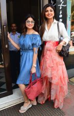 Shilpa & Shamita Shetty spotted at Bastian bandra on 18th March 2019 (1)_5c90908bba8e8.JPG