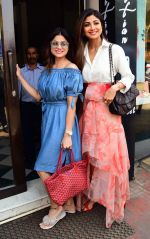 Shilpa & Shamita Shetty spotted at Bastian bandra on 18th March 2019 (2)_5c909090a5a9c.JPG