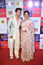Hema Malini, Varun Dhawan at Zee cine awards red carpet on 19th March 2019 (166)_5c91e8a09ba73.jpg