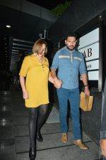 Yuvraj Singh with wife spotted at Hakkasan Bandra on 19th March 2019 (13)_5c91e41b93e86.JPG