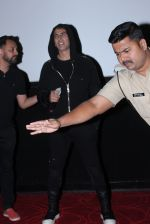 Akshay Kumar meets the fans at pvr juhu on 20th March 2019 (3)_5c93363130ee0.JPG