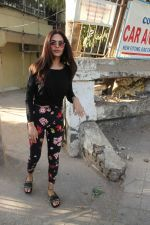 Esha Gupta spotted at Kromakay juhu on 20th March 2019 (4)_5c9336604ce57.JPG
