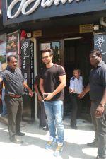 Aayush Sharma spotted at Bastian in bandra on 26th May 2019 (14)_5cebe3123ab79.JPG
