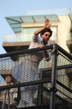 Shahrukh Khan with son Abram waves the fans on Eid at his bandra residence on 5th June 2019 (27)_5cf8b6687291e.jpg
