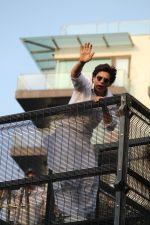 Shahrukh Khan with son Abram waves the fans on Eid at his bandra residence on 5th June 2019 (28)_5cf8b66a1cbf1.jpg