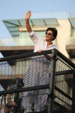 Shahrukh Khan with son Abram waves the fans on Eid at his bandra residence on 5th June 2019 (30)_5cf8b66d73450.jpg