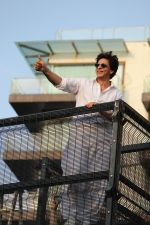 Shahrukh Khan with son Abram waves the fans on Eid at his bandra residence on 5th June 2019 (31)_5cf8b66f213f1.jpg