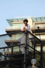 Shahrukh Khan with son Abram waves the fans on Eid at his bandra residence on 5th June 2019 (39)_5cf8b67e86034.jpg