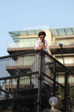 Shahrukh Khan with son Abram waves the fans on Eid at his bandra residence on 5th June 2019 (40)_5cf8b6806f362.jpg