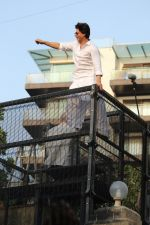 Shahrukh Khan with son Abram waves the fans on Eid at his bandra residence on 5th June 2019 (42)_5cf8b6851c623.jpg