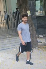 Kunal Khemu spotted at gym in bandra on 10th June 2019 (8)_5d02328395f96.JPG