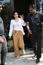 Soha Ali Khan spotted at Bastian Bandra on 8th June 2019 (24)_5d023647dfe15.JPG