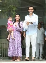 Esha Deol & husband Bharat with newborn baby at Hinduja hospital in khar on 13th June 2019 (10)_5d033e9fa3b44.jpg