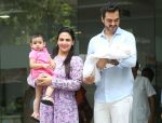 Esha Deol & husband Bharat with newborn baby at Hinduja hospital in khar on 13th June 2019 (12)_5d033ea4bbd55.jpg
