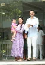Esha Deol & husband Bharat with newborn baby at Hinduja hospital in khar on 13th June 2019 (2)_5d033e8fc583d.jpg