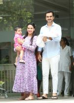 Esha Deol & husband Bharat with newborn baby at Hinduja hospital in khar on 13th June 2019 (3)_5d033e91ace2c.jpg
