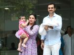 Esha Deol & husband Bharat with newborn baby at Hinduja hospital in khar on 13th June 2019 (6)_5d033e97b3465.jpg