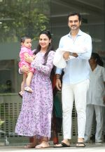 Esha Deol & husband Bharat with newborn baby at Hinduja hospital in khar on 13th June 2019 (7)_5d033e9977ef8.jpg