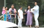 Esha Deol & husband Bharat with newborn baby at Hinduja hospital in khar on 13th June 2019 (8)_5d033e9b9286f.jpg