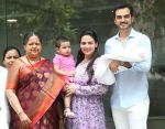 Esha Deol & husband Bharat with newborn baby at Hinduja hospital in khar on 13th June 2019 (9)_5d033e9da0770.jpg