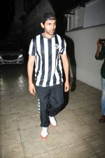 Kartik Aaryan spotted at Dharma films office in bandra on 17th June 2019 (11)_5d08940481e18.JPG